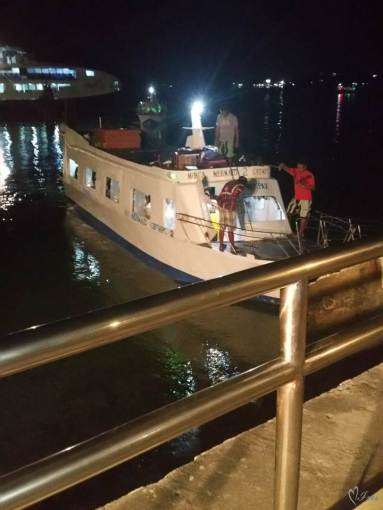 А вот такая лодка довезет нас до самого острова Боракай