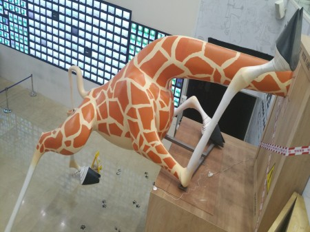 Большая статуя жирафика у входа на выставку