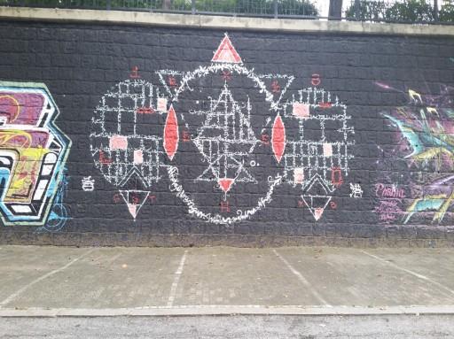 Стена, украшенная граффити R16